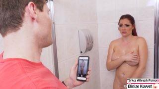 Kızıl Kardeşini Banyoda Sıkıştırdı