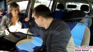 Yaşlı Hayat Kadını Taksiciye Arabada Siktiriyor