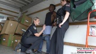 Polis Kadınlar Suçlu Zenciyle Stres Atıyorlar