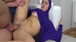 Kocasını Mutlu Etmek için Elinden Geleni Yapıyor