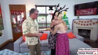 Noel Baba Kıyafetli Abi Kardeşine Halleniyor