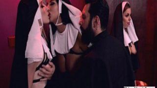 Rahibelerin Kutsal Suyuna Azdırıcı Katıyor