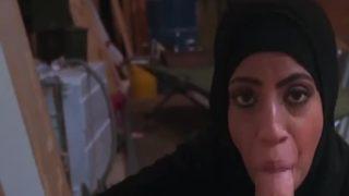 Arap Hatun Domalma Pozisyonunda Sikiliyor