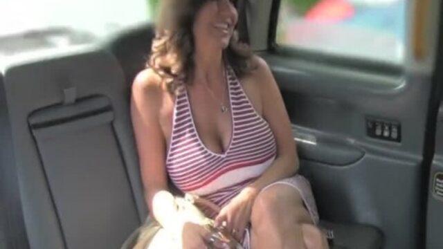 Dekolteli Kadın Taksiciyle Çok iyi Anlaşıyor