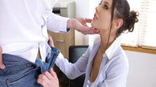Genç Stajyer Ofiste Patronuna Bir Posta Veriyor