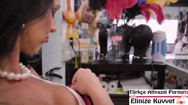 Erotik Shopçu Karı Sarışın Müşteriyle Sevişiyor